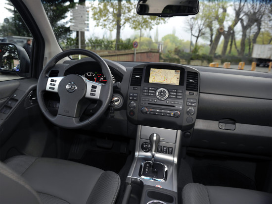 интерьер салона Nissan Navara D40