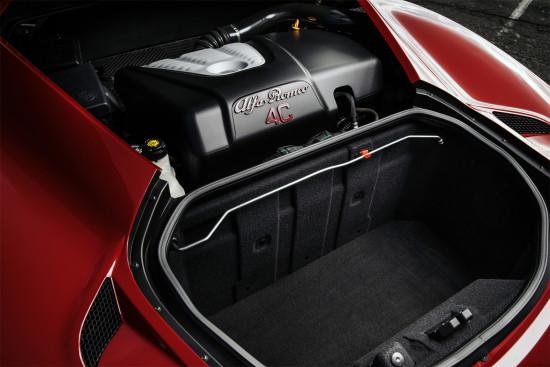 багажный отсек и двигатель у Alfa Romeo 4C совсем рядом