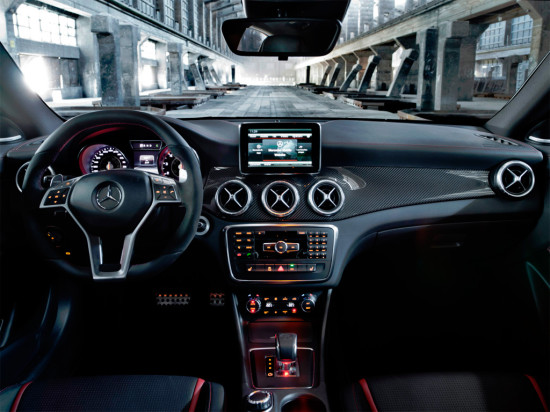 интерьер салона Mercedes-Benz CLA 45 AMG