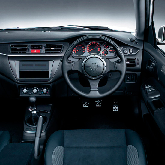 интерьер универсала Mitsubishi Lancer Evolution 9