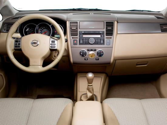 интерьер седана Nissan Tiida C11