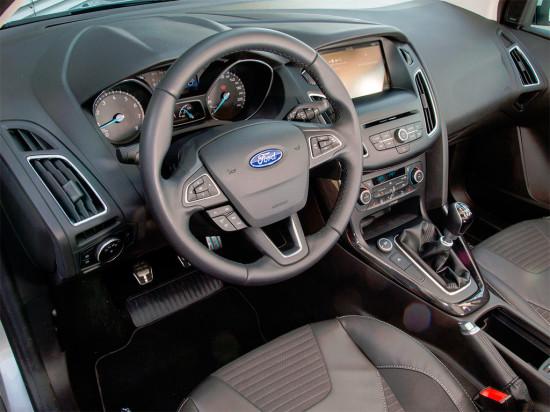интерьер хэтчбека Ford Focus 3 2015