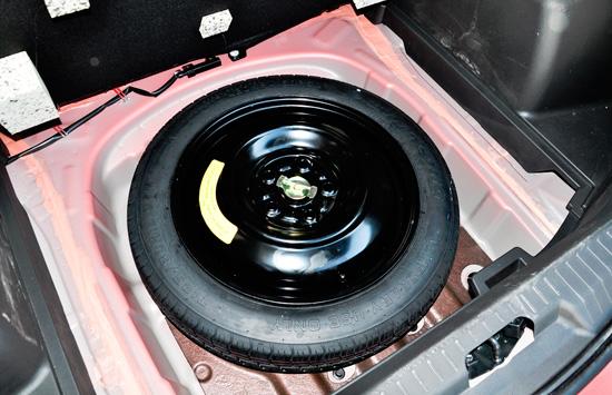 запасное колесо в багажнике багажный отсек Junpai D60