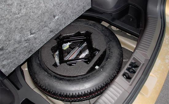 под фальш-полом багажника GS4