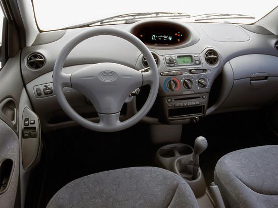 интерьер салона Тойоты Яриса 1-го поколения