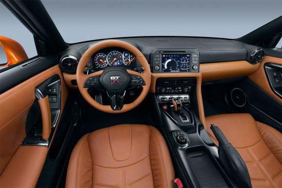 интерьер обновленного Nissan GT-R (передняя панель)