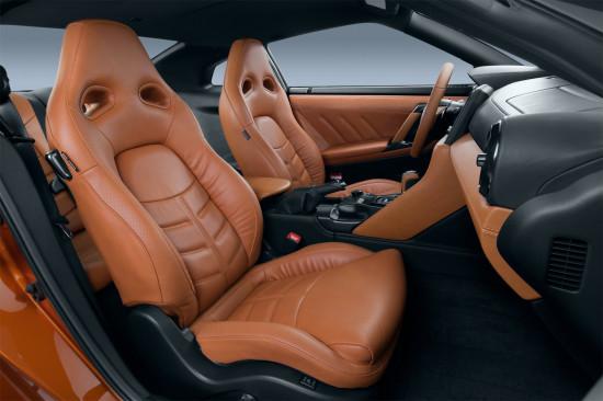 в салоне обновленного Nissan GT-R (передние кресла)