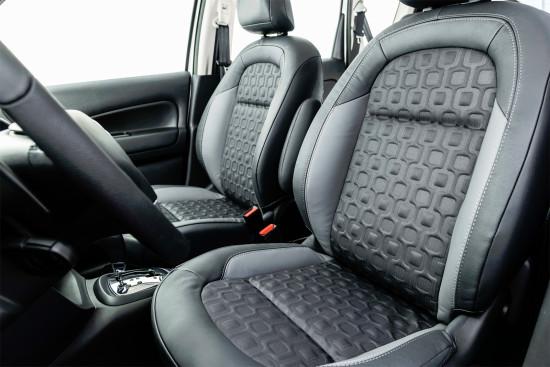 интерьер салона Citroen C3 Aircross (передние кресла)