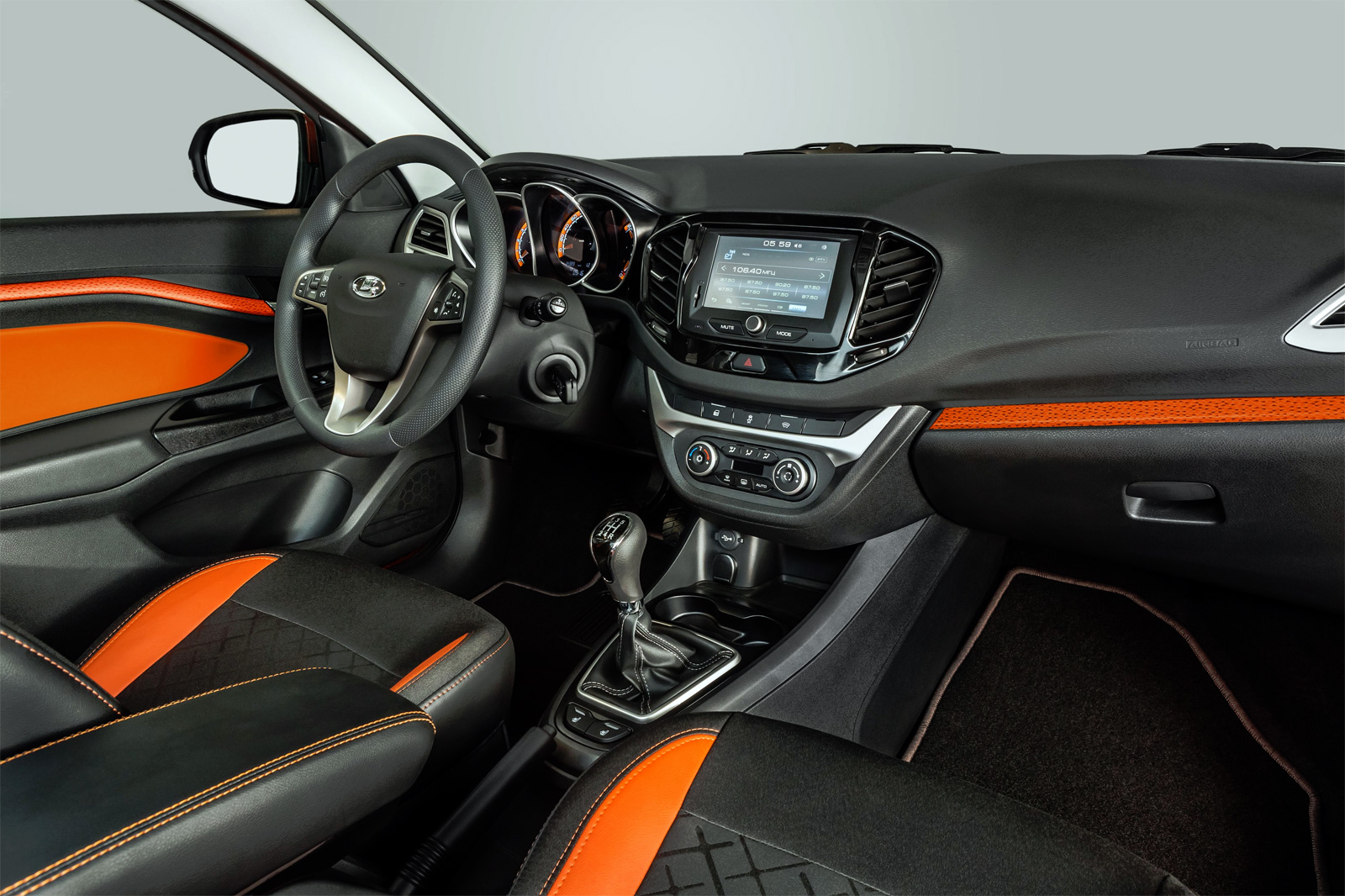 Интерьер LADA Vesta Cross седан имеет особую «ИКС-графику», которая комбинируется с экокожей