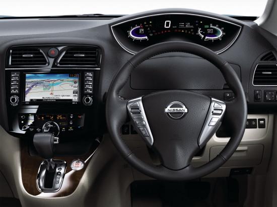 приборная панель и центральная консоль Nissan Serena C26