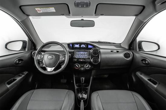 интерьер салона седана Тойоты Этиоса 2016-2017 модельного года