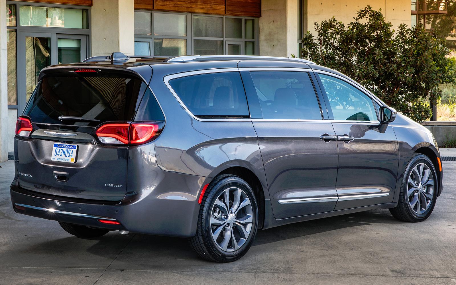 """Картинки по запросу """"Chrysler Pacifica 2018 сзади"""""""