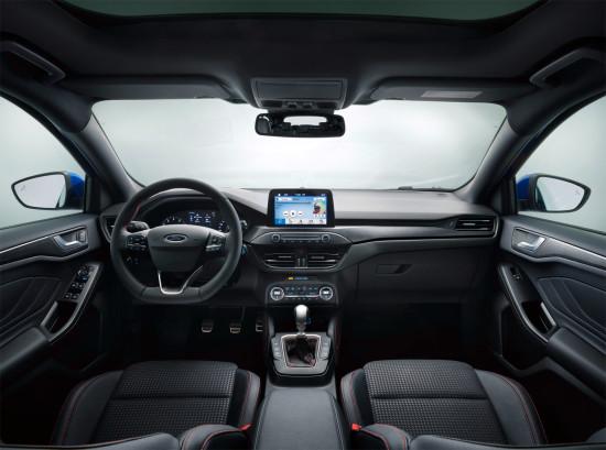 интерьер салона хэтчбека Ford Focus IV