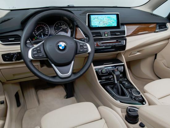 передняя панель и центральная консоль BMW 2 Active Tourer
