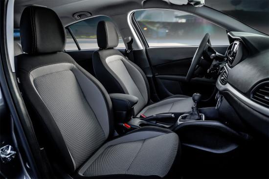 в салоне седана Fiat Tipo (передние кресла)